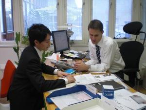 スウェーデン大使館 商務部でインターン中の嶋野くん。IKEAやH&Mなど、日本でもスウェーデン企業の発展は目ざましいですね。