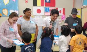 異文化交流のボランティアとして、港区東町小学校で小学生と交流する寺井くん(右から二人目)
