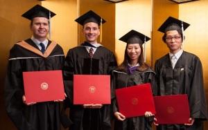 各学位を代表して挨拶した4名の卒業生