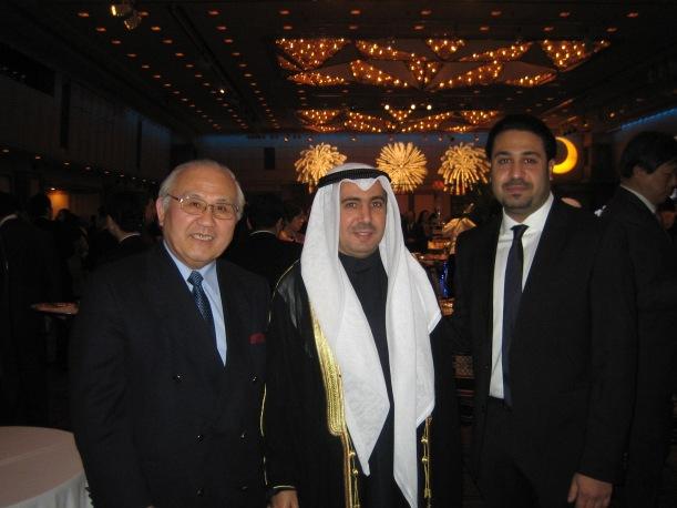 アブドル・ラーマン・アル・オテイビ 駐日クェート大使(中央)、新田辰雄 TUJ渉外担当(左)、とへシャムさん(右)(2013/2/25 クェート建国記念祝賀レセプションにて)